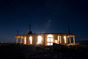 בית האדמה עם עלות השחר